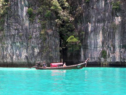 von Felsen umschlossene Bucht - Phi Phi Lee