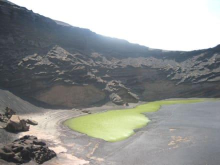 Grün zwischen schwarzgrauen Kraterwänden - Charco de los Clicos / Grüner See