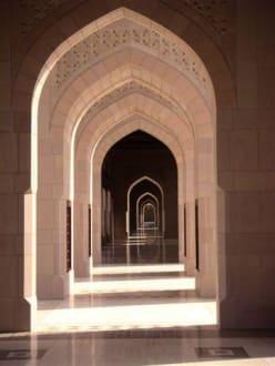 Moschee von Muscat - Boegen und Schattenspiel - Sultan Qaboos Moschee
