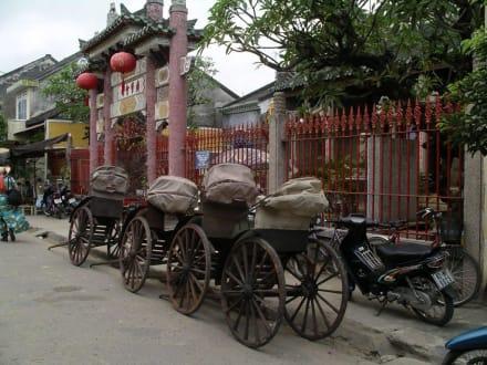 Typisches Ortsbild: Fahrräder und Tempel - Altstadt Hoi An