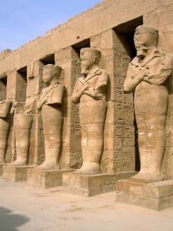 Karnak-Tempel_Statuen Ramses III - Amonstempel Karnak