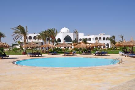 Kinderpool und Haupthaus - Hotel Gorgonia Beach