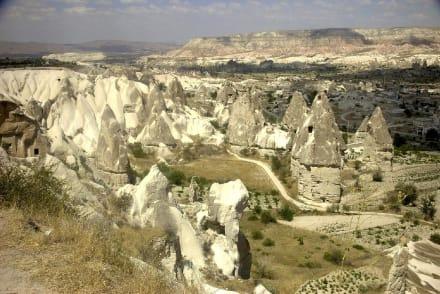 Felsenhäuser und Felsenformationen in Kappadokien - Tuffsteingebilde