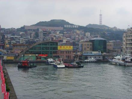 Blick aufs KeeLung Schild vom Hafen aus - Keelung