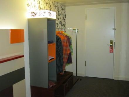 offener kleiderschrank bild pentahotel berlin k penick in berlin treptow k penick berlin. Black Bedroom Furniture Sets. Home Design Ideas