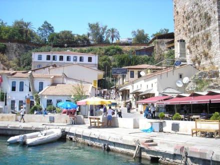 Blick vom Boot auf den Kay - Hafen Antalya