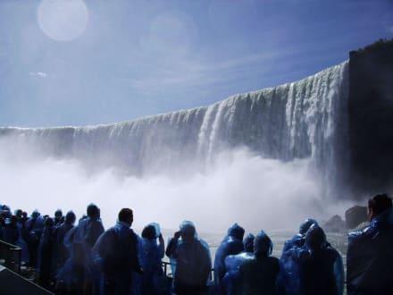 Blau eingepackte Menschen und tosende Fälle - Niagarafälle / Horseshoe Falls