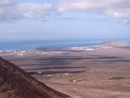 Blick von Fermes auf Playa Blanca - Rundwanderweg Femes