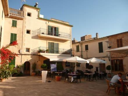 sch ne innenh fe mit restaurants bild hotel sant jaume in alcudia mallorca spanien. Black Bedroom Furniture Sets. Home Design Ideas