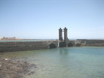 Die Zugbrücke zum Castillo de San Gabriel - Kugelbrücke