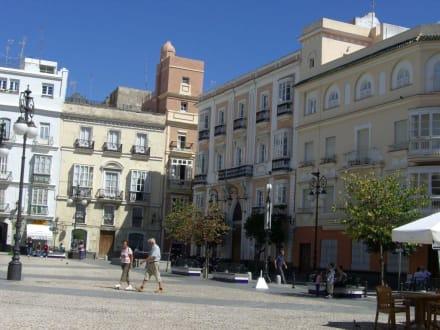 Schöner Platz mit herausgeputzten Häusern - Altstadt Cadiz