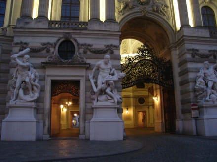 Hofburg: Michaelertor abends - Hofburg