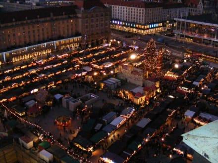 Blick vom Kreuzkirchturm auf den Striezelmarkt - Striezelmarkt (Weihnachtsmarkt) Dresden