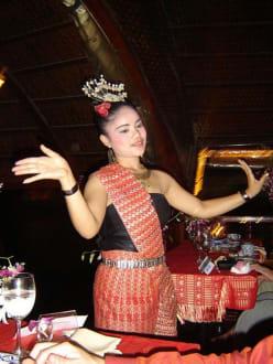 Eine der Tänzerinnen auf der Loy Nava - Dinner Cruise Loy Nava