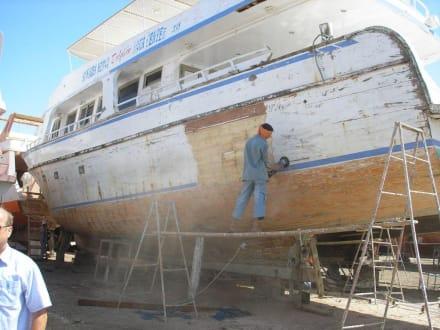 Schleifarbeiten - Bootswerft Hurghada