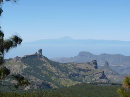 Links der Roque Nublo, rechts Bentayga - Pico de las Nieves