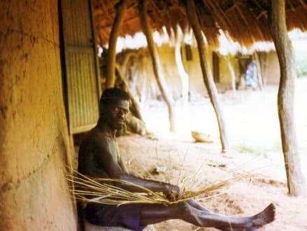 Ein Dorfeinwohner beim Körberflechten - Stadtrundgang Saly