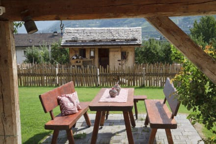 gem tliche sitzecke im garten bild neuhauserhof in meran merano s dtirol italien. Black Bedroom Furniture Sets. Home Design Ideas