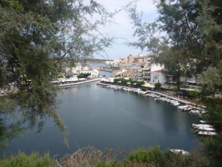 Inmitten der Süßwassersee dahinter das Meer - Altstadt Agios Nikolaos