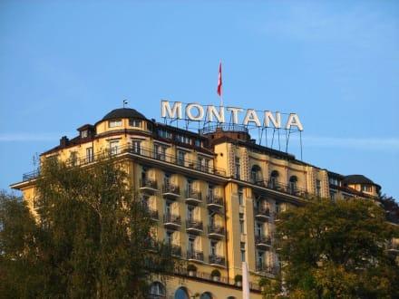 Das Hotel von der Seepromenade aus fotografiert - Art Deco Hotel Montana Luzern