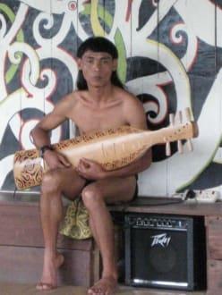 Gitrarrenspieler der Orang Ulu - Sarawak Cultural Village