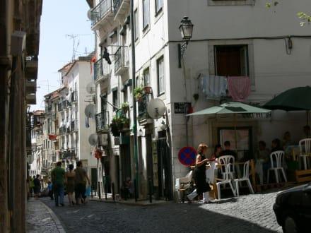 Man sitzt draußen - Baixa und Alfama
