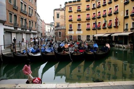 Gondeln in Warteposition - Gondeln / Gondelfahrten in Venedig