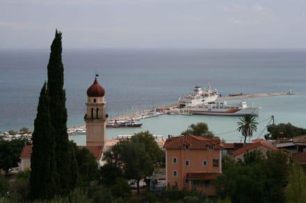 Ein Teil des Hafens und der katholischen Kirche - Hafen Zakynthos