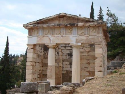 Ein kleiner wieder errichteter Tempel - Tempelanlage des Orakels von Delphi