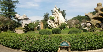 Seltsame steinerne Gebilde - The Million Years Stone Park & Crocodile Farm