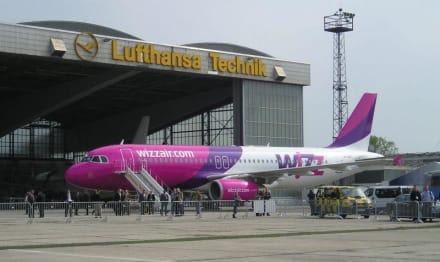 Frisch gewartet vor dem Hangar, der neue Ferienflieger - Flughafen Berlin-Schönefeld (SXF)