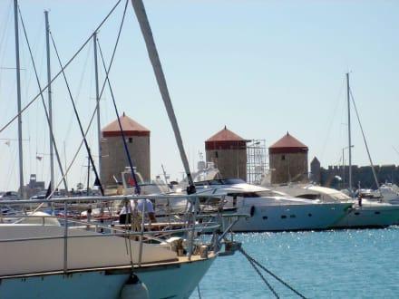 Mandraki-Hafen mit den 3 Windmühlen - Yachthafen Mandraki
