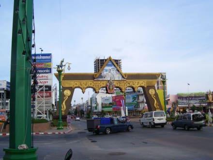 Einfahrtsportal Khon Kaen - Weisser Buddha