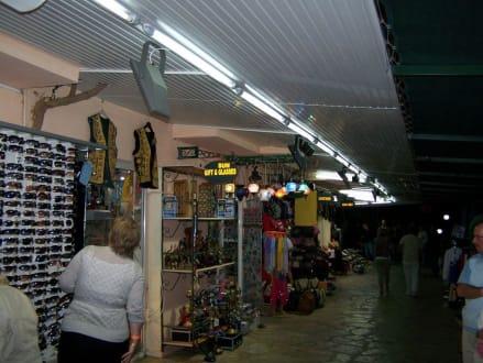 Shopping am Abend  - Einkaufsstrasse Club Paradiso