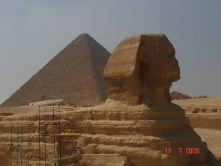 Eine Pyramide und die Sphinx - Pyramiden von Gizeh