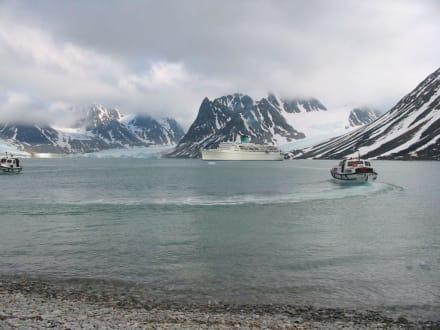 Kreuzfahrtschiff im Magdalenenfjord - Magdalenenfjord