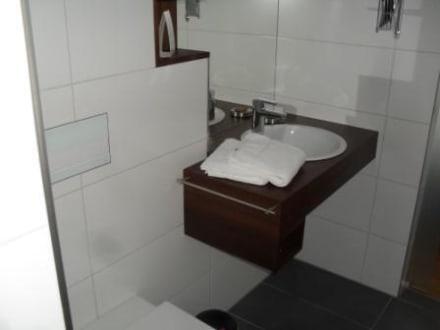 bad mit wc und waschbecken bild g stehaus kleines stadthaus in lingen niedersachsen deutschland. Black Bedroom Furniture Sets. Home Design Ideas