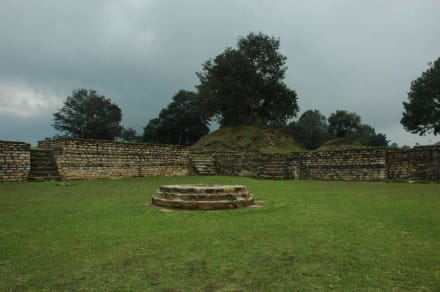 Teil der Anlage mit Opferaltar - Iximché