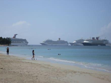 Strand und Schiffe - Seven Mile Beach