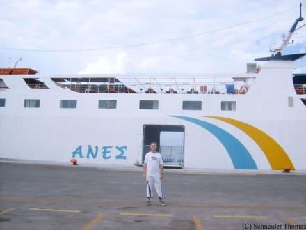 Eine Fähre im Hafen von Rhodos - Yachthafen Mandraki