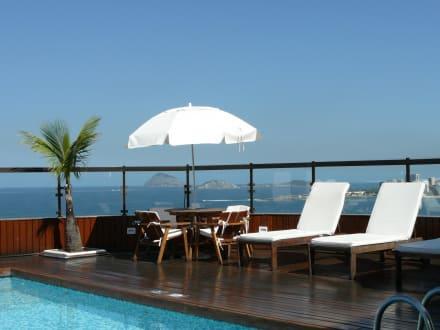 dachterrasse mit pool und bar bild hotel porto bay rio internacional in rio de janeiro rio. Black Bedroom Furniture Sets. Home Design Ideas