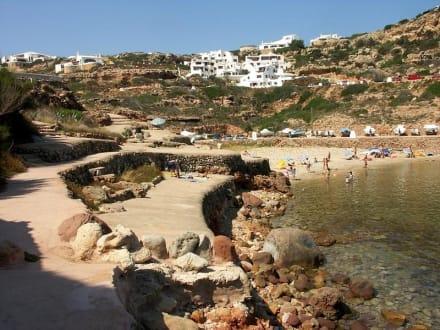 Strand mit Steinplatten in der Bucht Cala Morell - Bucht Cala Morell