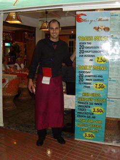 """Der """"Chef"""" Miguel vor dem Restaurant! - Restaurant Mar y Monte (geschlossen)"""