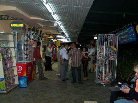 Shoppind am Abend  - Einkaufsstrasse Club Paradiso