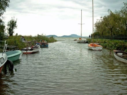 Kleiner Kanal mit Blick auf den Vulkan - Balatonfenyves