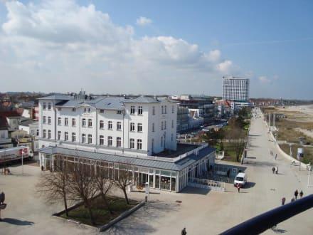 Blick vom leuchtturm auf das hotel bild hotel am for Hotel warnemunde angebote