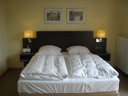 franz sisches bett 1 60 m x 2 0 m bild hotel altes kaufhaus in l neburg niedersachsen. Black Bedroom Furniture Sets. Home Design Ideas