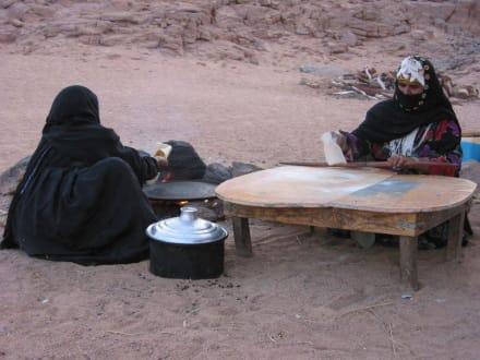 Beduinenfrauen Zubereitung Fladenbrot - Beduinendorf