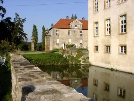 Schloß Hünnefeld mit Wassergraben - Schloß Hünnefeld