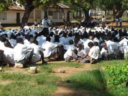 Vor dem Unterricht auf dem Schulhof - Schule Ukunda